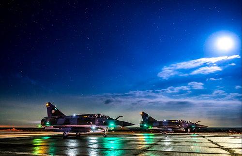 Le soir du 17 novembre 2015, une patrouille composée de trois Mirage 2000 D et trois Mirage 2000 N décolle de la base aérienne projetée en Jordanie pour une mission de bombardement à Raqqah en Syrie. Quatre avions sont équipés d'une bombe guidée laser GBU 16 de 500 kg et deux avions sont équipés chacun de deux bombes guidées laser GBU 49 de 250 Kg. Lancée depuis le 19 septembre 2014, l'opération Chammal mobilise 900 militaires. Elle vise à la demande du gouvernement irakien et en coordination avec les alliés de la France présents dans la région, à assurer un soutien aérien aux forces irakiennes dans la lutte contre le groupe terroriste Daech. Le dispositif complet est actuellement structuré autour de douze avions de chasse de l'armée de l'air (six Rafale, trois Mirage 2000 D et trois Mirage 2000 N) et d'un avion de patrouille maritime Atlantique 2, basés aux Emirats Arabes Unis et en Jordanie. Il comprend également des militaires projetés à Bagdad et Erbil pour la formation et le conseil des militaires irakiens. Depuis le 24 septembre 2015, la frégate anti-aérienne (FAA) Cassard a rejoint les forces françaises engagées au Levant.