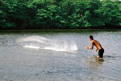 Pescador lança tarrafa