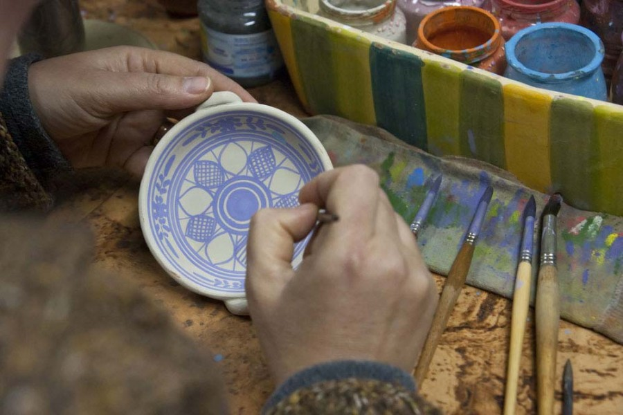 A essencial delicadeza do traço e 5 tipos de pincéis diferentes, para a decoração de uma única peça