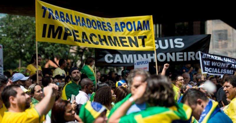 Ato contra Dilma cartazes em frances inglês