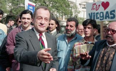 """1995, na Av. dos Aliados, no Porto num comício da sua """"candidatura"""" à Presidência da República das Laranjas. Foto encontrada em diasdeumfotografo.blogspot.com"""