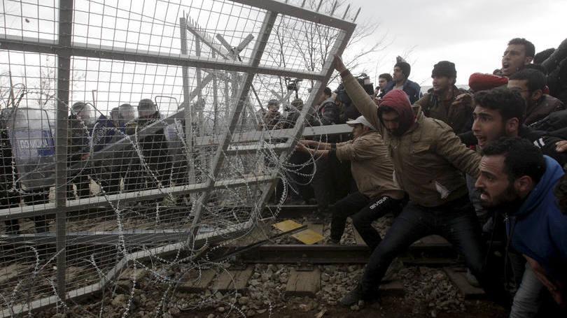 migrantes-refugiados-Fronteira-Grécia-Macedónia