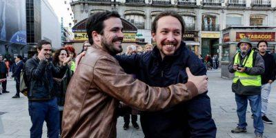 O abraço de Alberto Garzón e Pablo Iglesias na Puerta del Sol . Unidos Podemos é o nome da coligação que se apresenta às eleições de 26 Junho