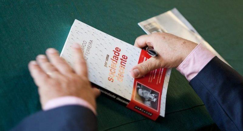"""Eduardo Paz Ferreira na apresentação do livro """"Por uma Sociedade Decente"""", da editora Marcador"""