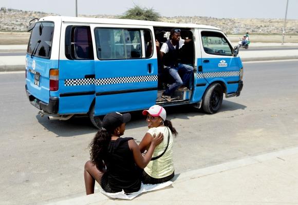 Os candongueiros são os populares veículos de transporte de passageiros em Angola. São na sua maioria carrinhas Toyota Hiace com lotação para 9 passageiros mas que normalmente levam muitas mais e nas ruas de Luanda são uma autêntica praga que aparecem por todos os lados, desrespeitando as regras e aumentando o caos do trânsito. A viagem custa 50 kwanzas (0.42 euros) pagos ao cobrador na porta lateral, com direito a música bem alta, 3 de setembro de 2012. PAULO NOVAIS/LUSA