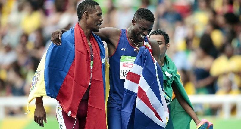 Emocionado, Gracelino (centro) comemora a inédita medalha com o venezuelano Luis Paiva (esquerda) e o brasileiro Daniel Martins (Foto: Getty Images/Alexandre Loureiro)