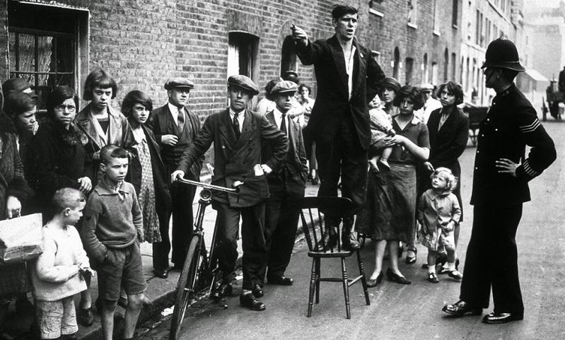 Manifestantes contra o despejo de família pobres, Chelsea, Inglaterra,1930