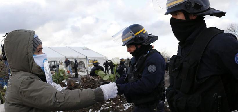 Campo concentração Calais menino polícia