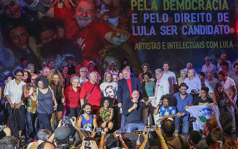 Brigada Militar barra balsa com boneco inflável de Lula
